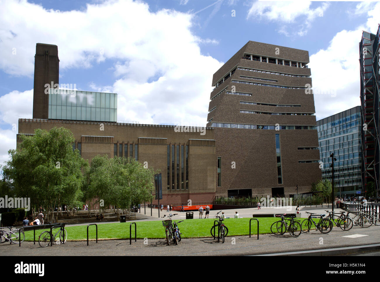 New extension to Tate Modern by archutects Herzog & de Meuron also refered to as Switch House - Stock Image