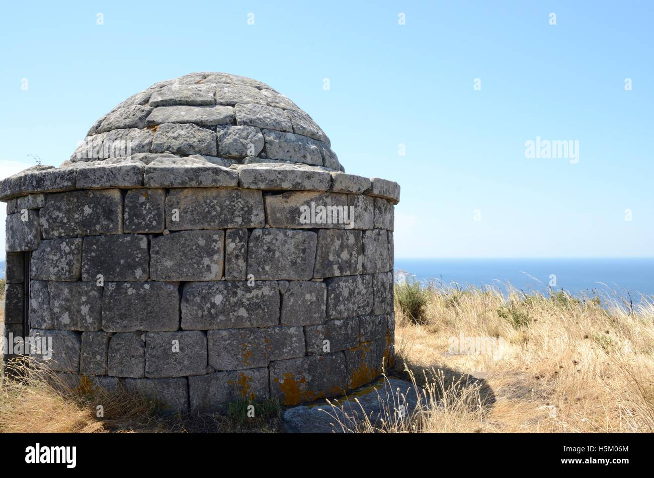 Reconstructed of prehistorical house at the Mountain of Facho in Cangas, in the province of Pontevedra, Galicia, - Stock Image