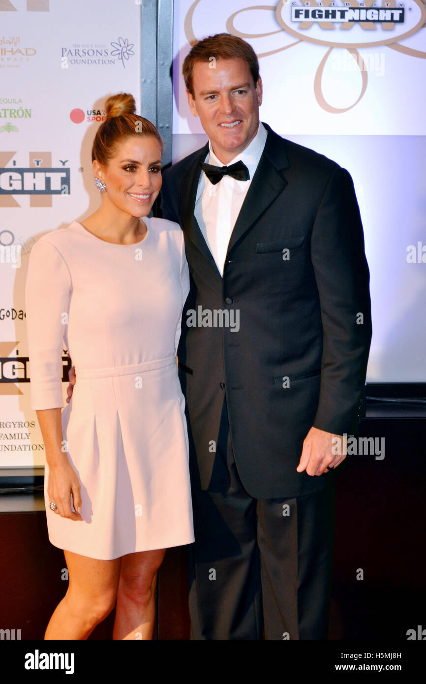 Professional football player Carson Palmer (R) and Shaelyn Palmer attend the 2015 Celebrity Fight Night red carpet - Stock Image