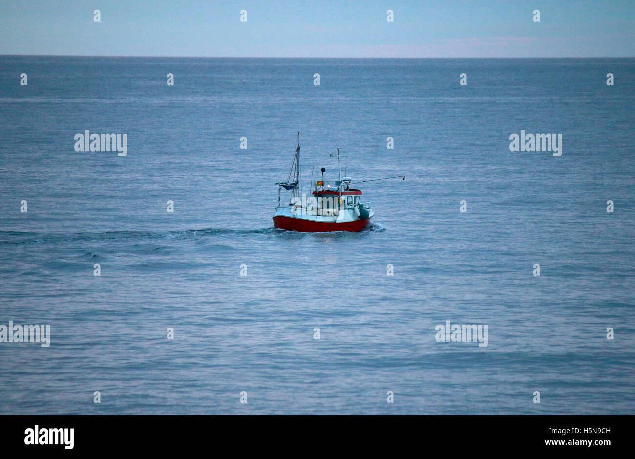 Impressionen: Fischerboot, Laukvik, Lofoten, Norwegen. Stock Photo
