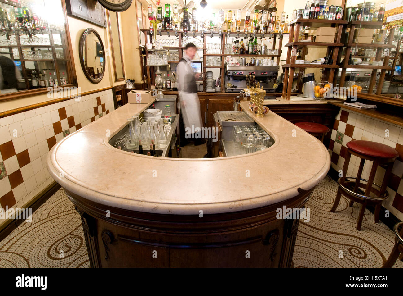 The beautiful vintage horseshoe-shaped 'comptoir' at  Au Petit Fer a Cheval in Paris, France - Stock Image