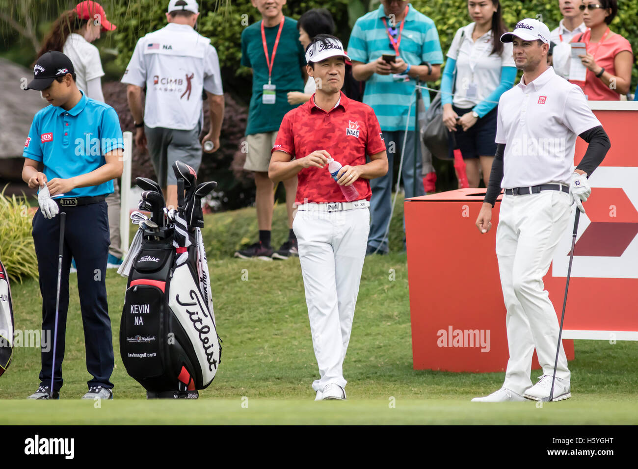 Kuala Lumpur, Malaysia. 22nd Oct, 2016. Round 3 see Kevin Na and Adam Scott joking before getting ready to tee off - Stock Image