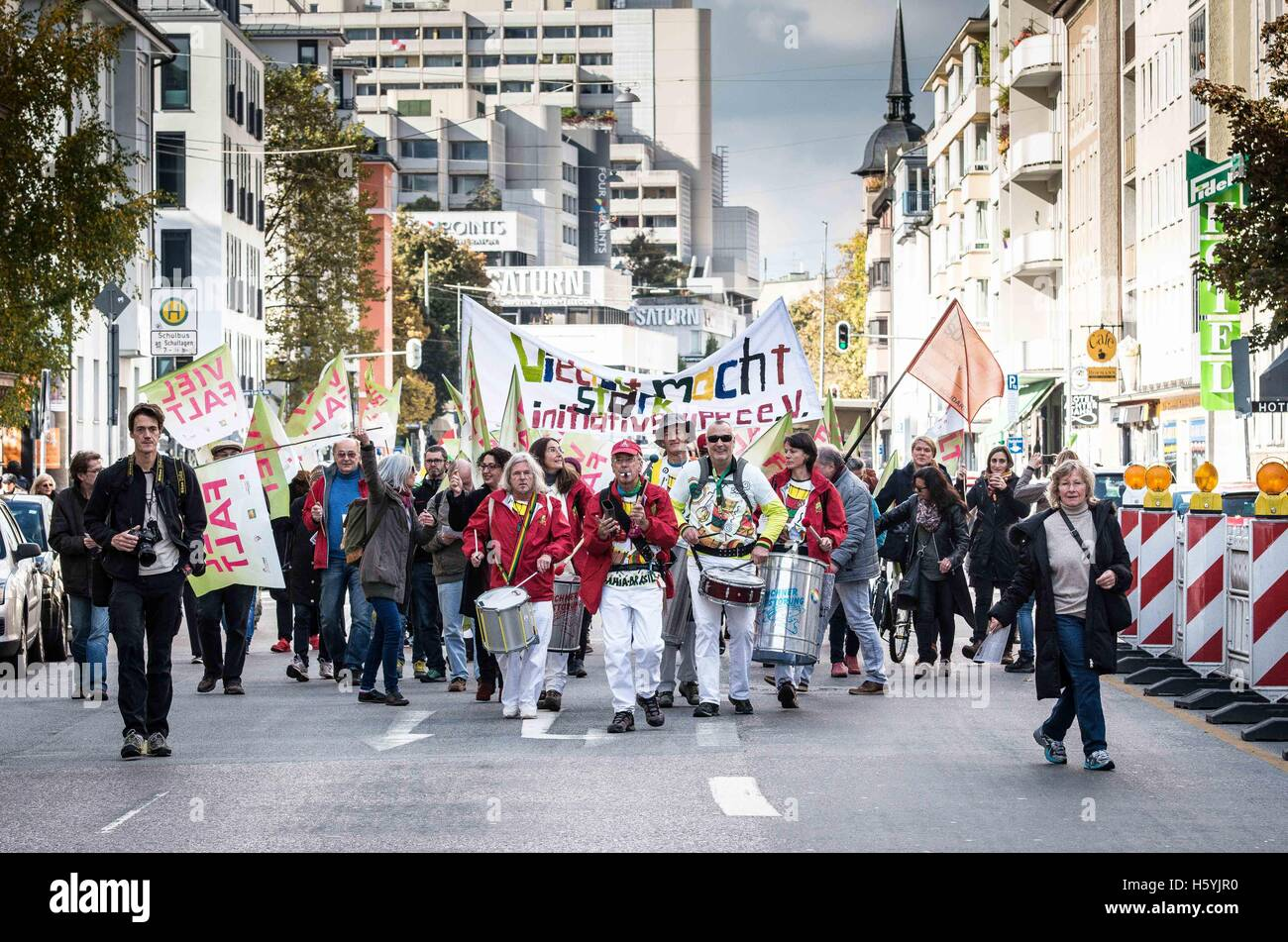 October 22, 2016 Munich, Germany. 22nd Oct, 2016. 1,800 Residents, students, and labor unions in Munich demonstrated - Stock Image