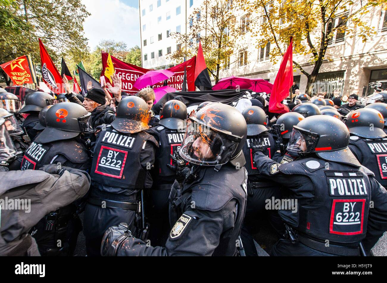 October 22, 2016 - Munich, Germany- Police push back protesters. 1,800 Residents, students, and labor unions in - Stock Image