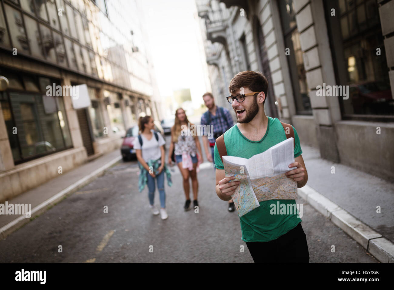 Tourist friends traveling and exploring city - Stock Image