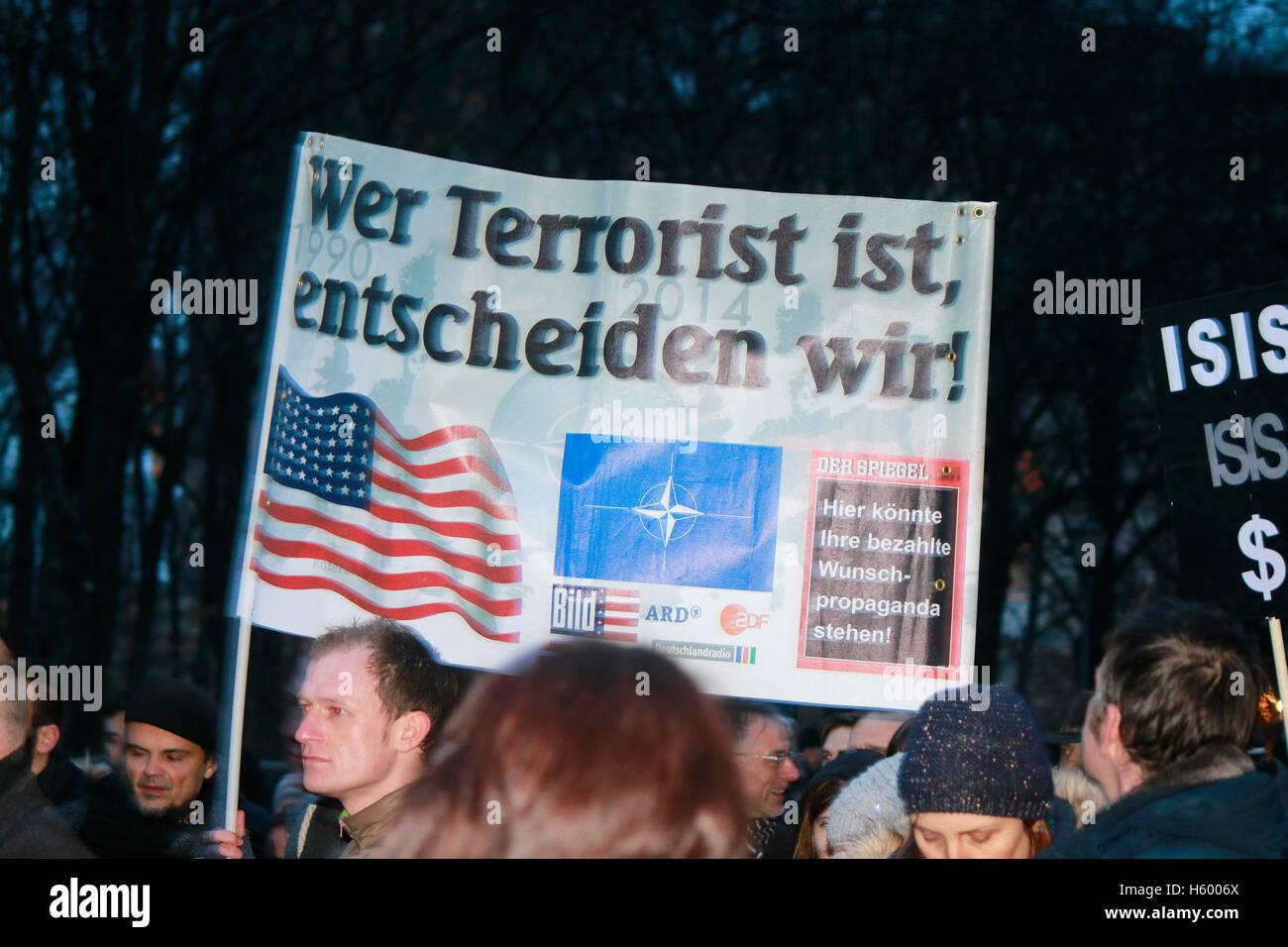 'Wer Terrorist ist, entscheiden wir' - Plakat auf einer Demonstration mit verschwoerungstheoretischem Hintergrund, - Stock Image