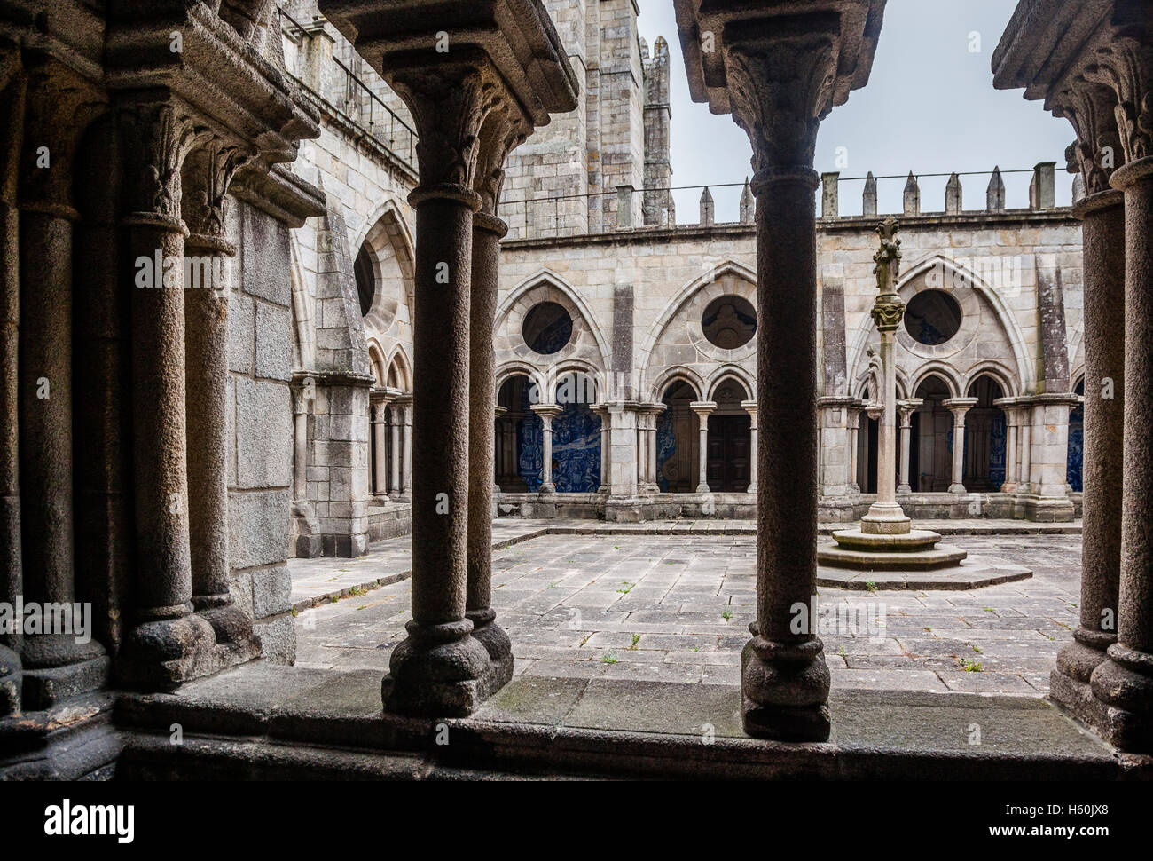 Portugal, Region Norte, Porto, arcaded gothic cloister of Porto Cathedral, Se do Porto, Cathedral of the Assumtion - Stock Image