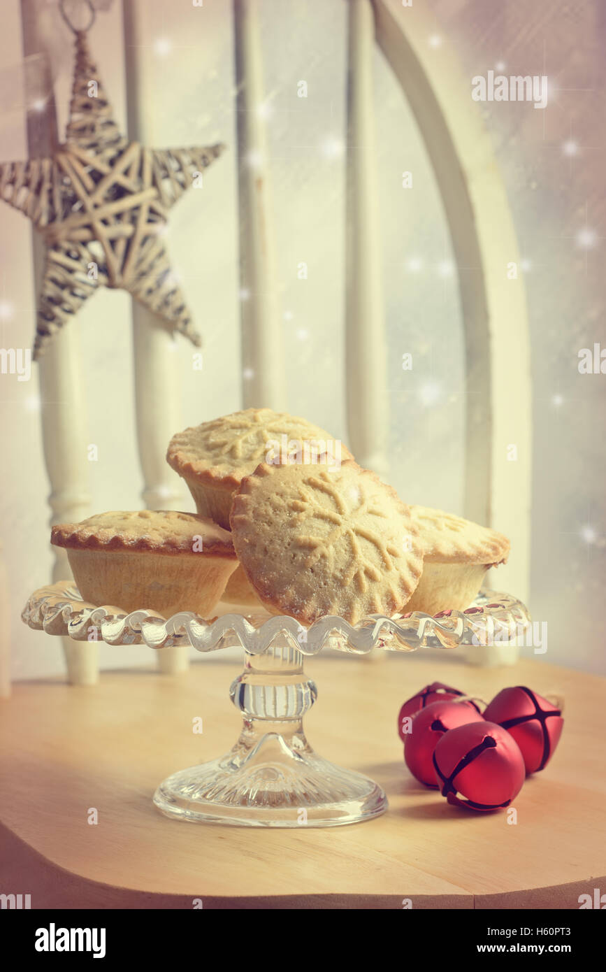 Mince pies on glass cake stand - Stock Image