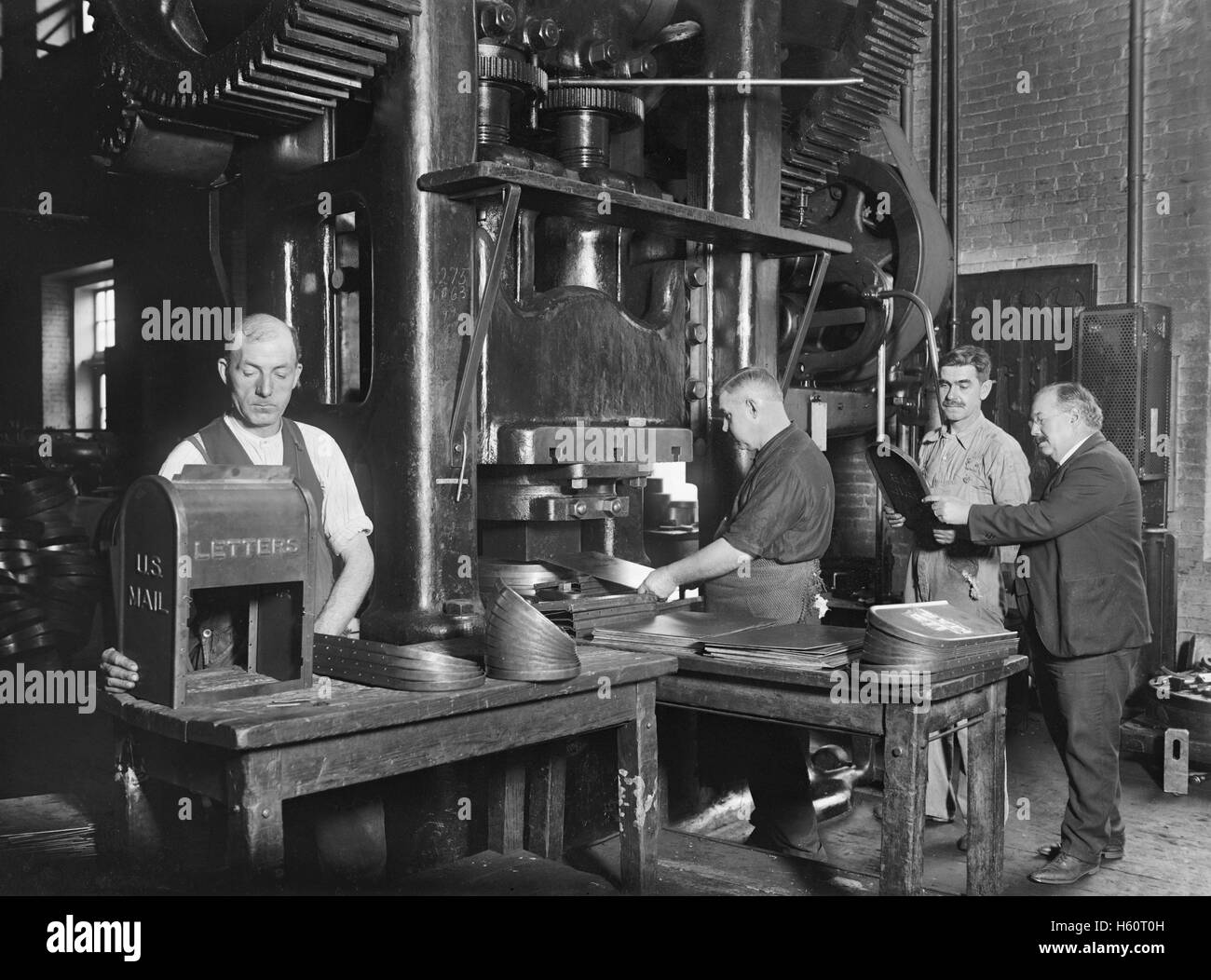 Workers Making Mailboxes, Washington Navy Yard, Washington DC, USA, National Photo Company, November 1922 - Stock Image