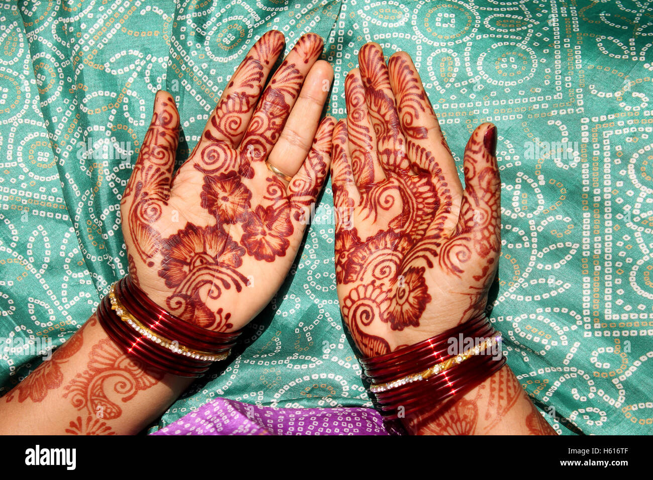 Mehandi on Bride hands - Stock Image