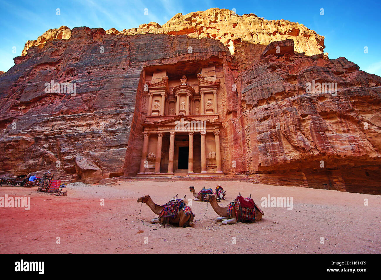 View of the Treasury, Al-Khazneh, with camels, Petra, Jordan - Stock Image