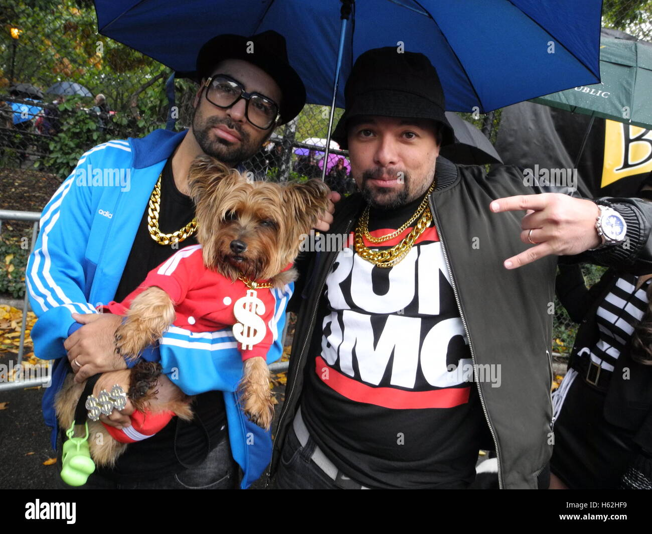 New York, USA. 22nd Oct, 2016. Two New Yorkers dressed up as rappers from Run DMC and their costumed dog stand at - Stock Image