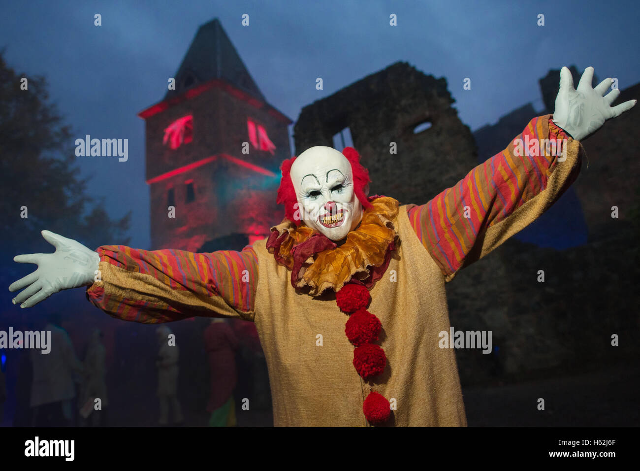 Muehltal, Germany. 22nd Oct, 2016. A visitor costumed as the clown 'Pennywise' from Steven King's 'It' - Stock Image