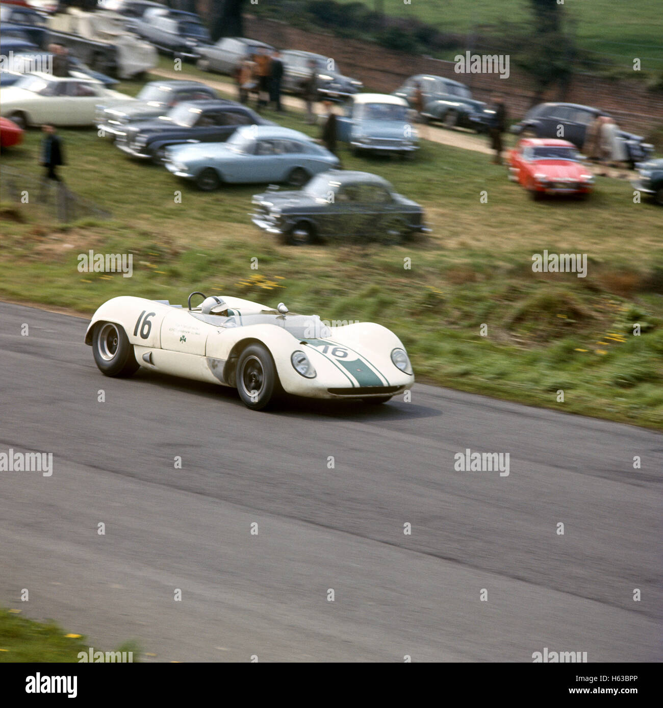 16 Denny Hulme in his Brabham Climax BT8 race winner of the RAC Tourist Trophy, Oulton Park, 1 May 1965 - Stock Image