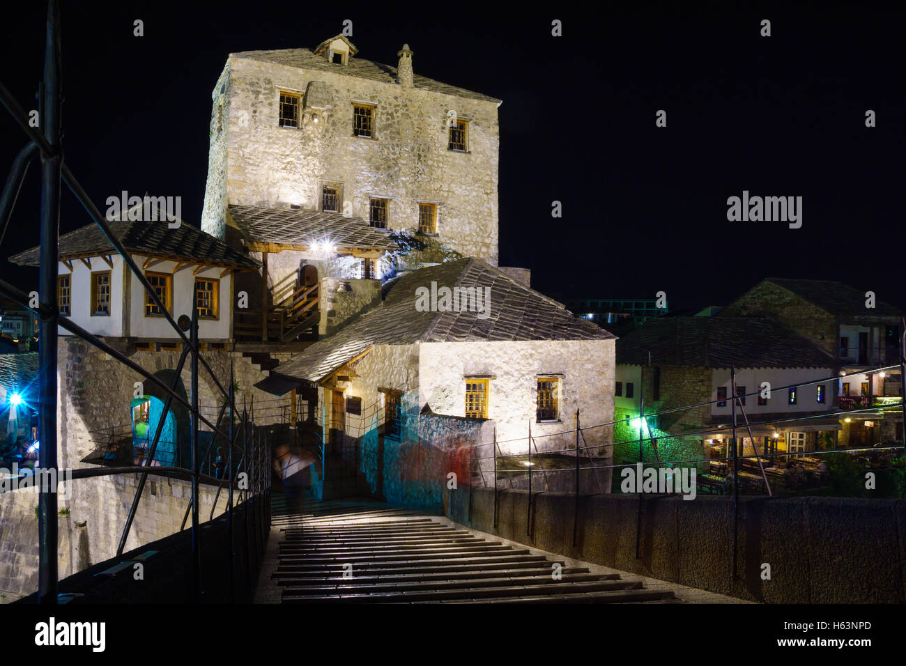 The west tower of the Old Bridge (Stari Most) at night, in the old city of Mostar, Bosnia and Herzegovina - Stock Image