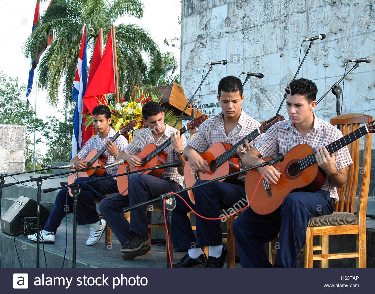 National Art School students playing in an Anti Imperialist Open Forum in the Che Guevara Memorial. A group of young - Stock Image