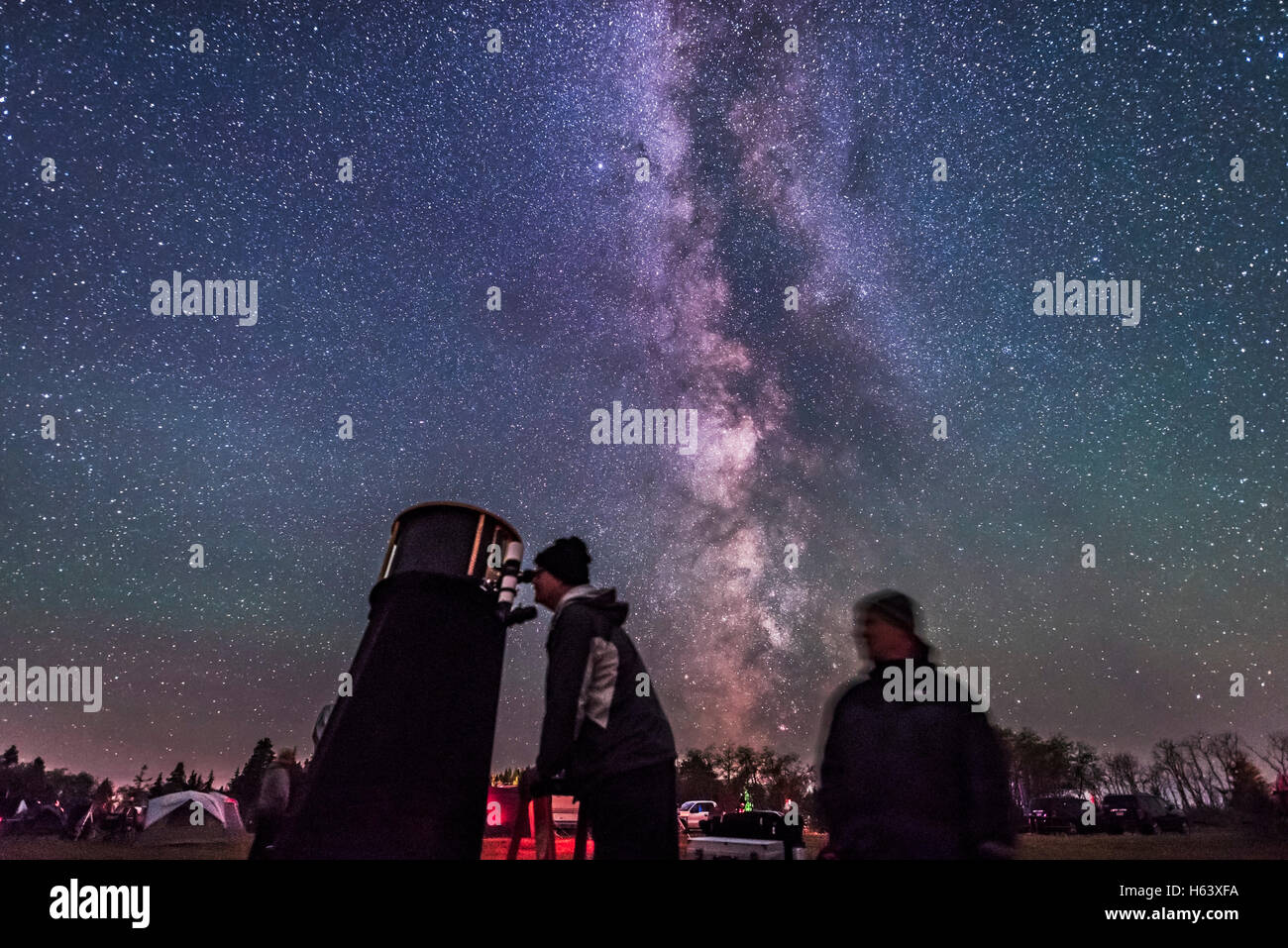 Ron Waldron and friend at the eyepiece of a Dobsonian telescope at the Saskatchewan Summer Star Party. - Stock Image