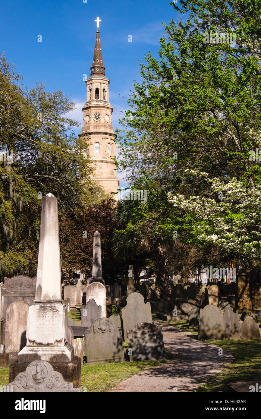 St. Philip's Episcopal Church with Circular Congregational Church graveyard in the foreground, Charleston, South - Stock Image