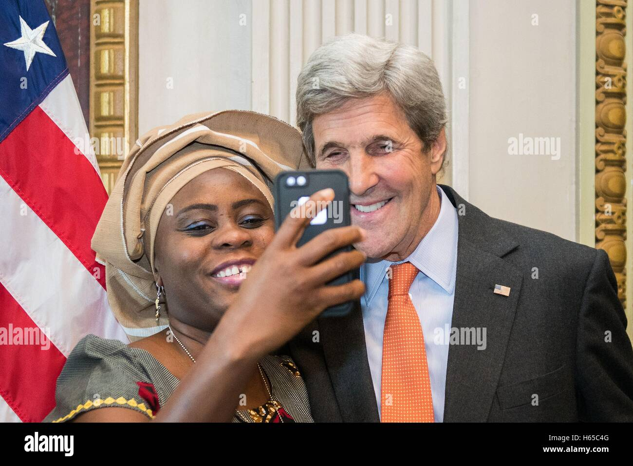 Washington DC, United States. 24 Oct, 2016. US Secretary of State John Kerry takes a selfie with an outstanding Stock Photo