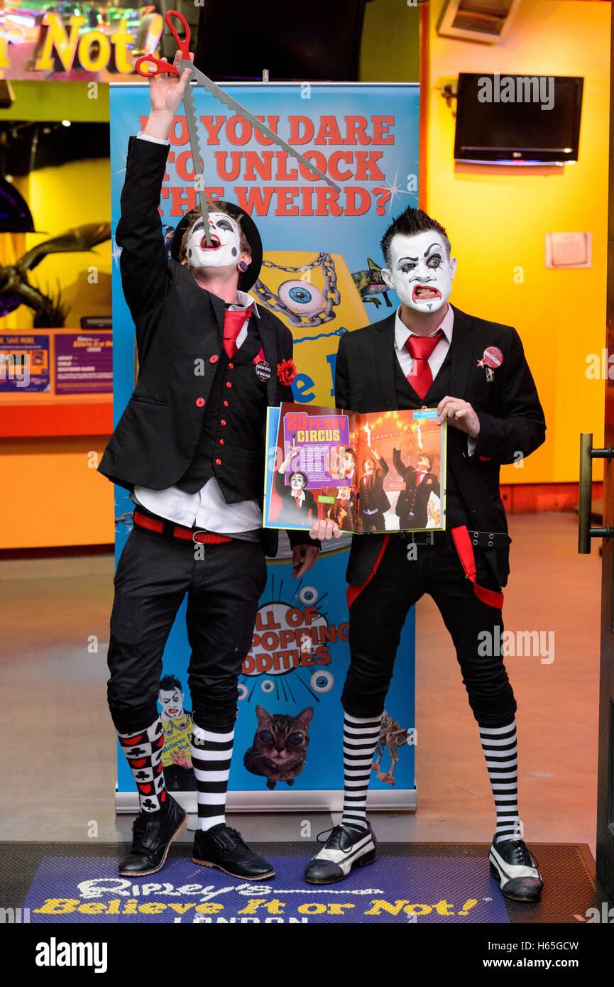 London, UK. 25th October, 2016. Tyler Sutter (L) and Carl Skenes (R) of 20 Penny Circus performs sword swallowing - Stock Image
