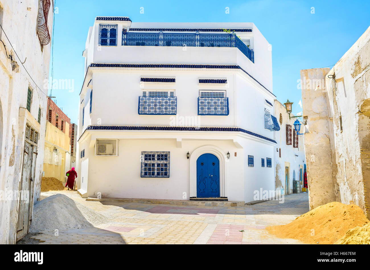 The large house, as for old arabic Medina, on the crossroad, Kairouan, Tunisia. - Stock Image