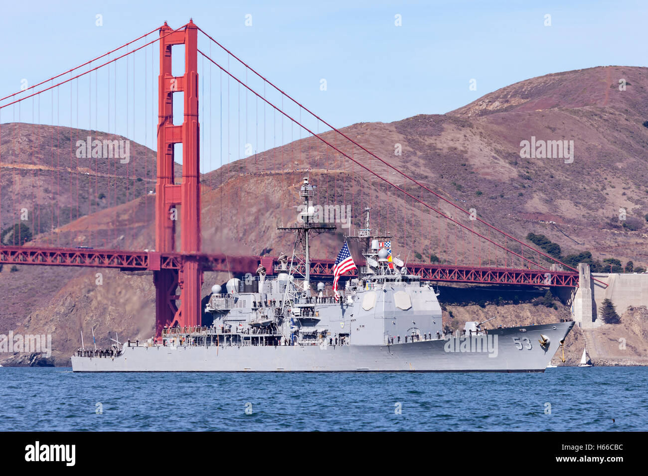 Arleigh Burke-class guided missile destroyer USS John Paul Jones passes under the Golden Gate Bridge and into San Stock Photo