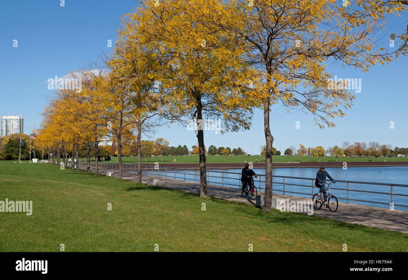 Bicyclists ride along Lake Michigan in Milwaukee, Wisconsin, USA. - Stock Image