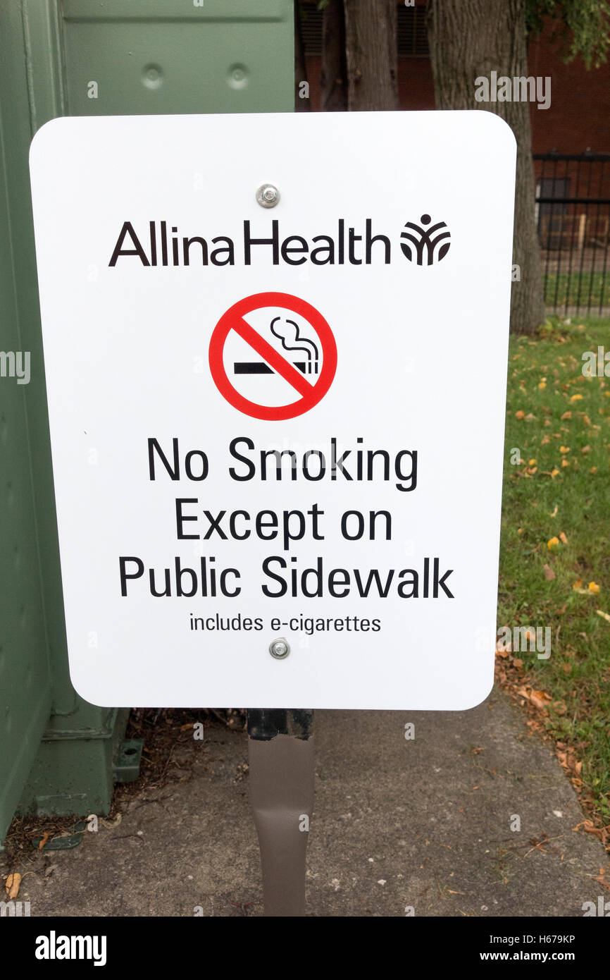 Allina Health simple no smoking policy, to smoke only on public sidewalk, including e-cigarettes. Minneapolis Minnesota - Stock Image
