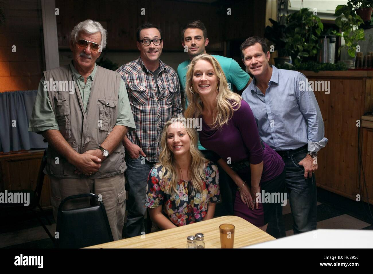 DENNIS FARINA CHRIS KLEIN KALEY CUOCO JONATHAN BENNETT TERI POLO & DYLAN WALSH AUTHORS ANONYMOUS (2014) - Stock Image