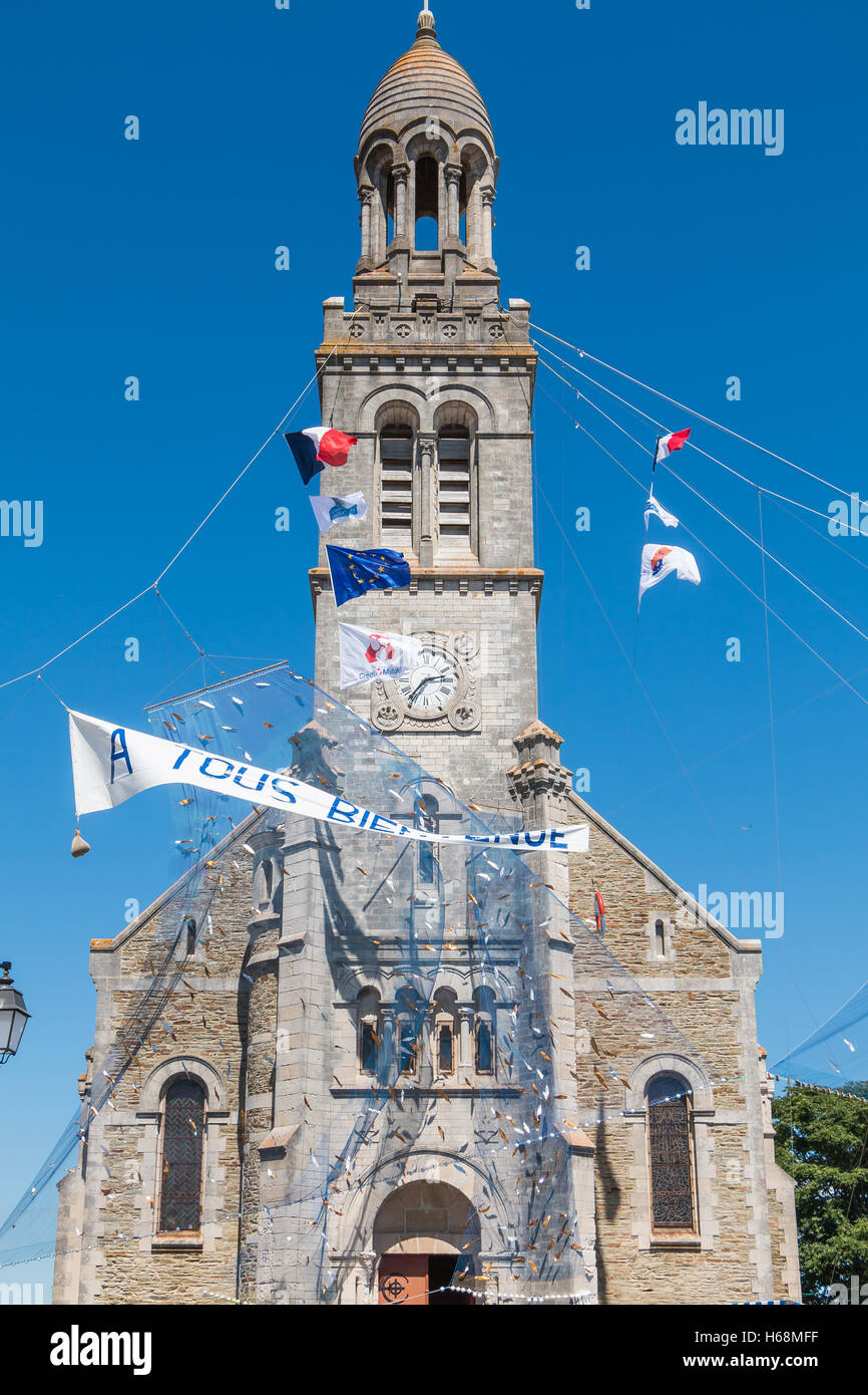 Saint Gilles Croix de Vie, France - August 07, 2016 : fishnet welcoming tense front of a church on the occasion - Stock Image