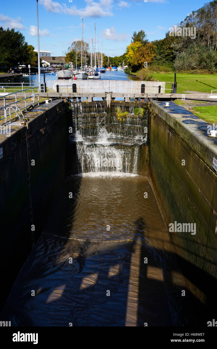Lock gates between the River Mersey and the St. Helens canal in Widnes, one of the oldest canals in Britain. - Stock Image