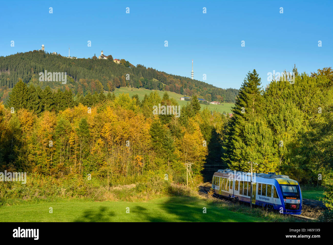 Hohenpeißenberg: mountain Hohenpeißenberg, local train of Bayerische Regiobahn (BRB), Oberbayern, Upper - Stock Image