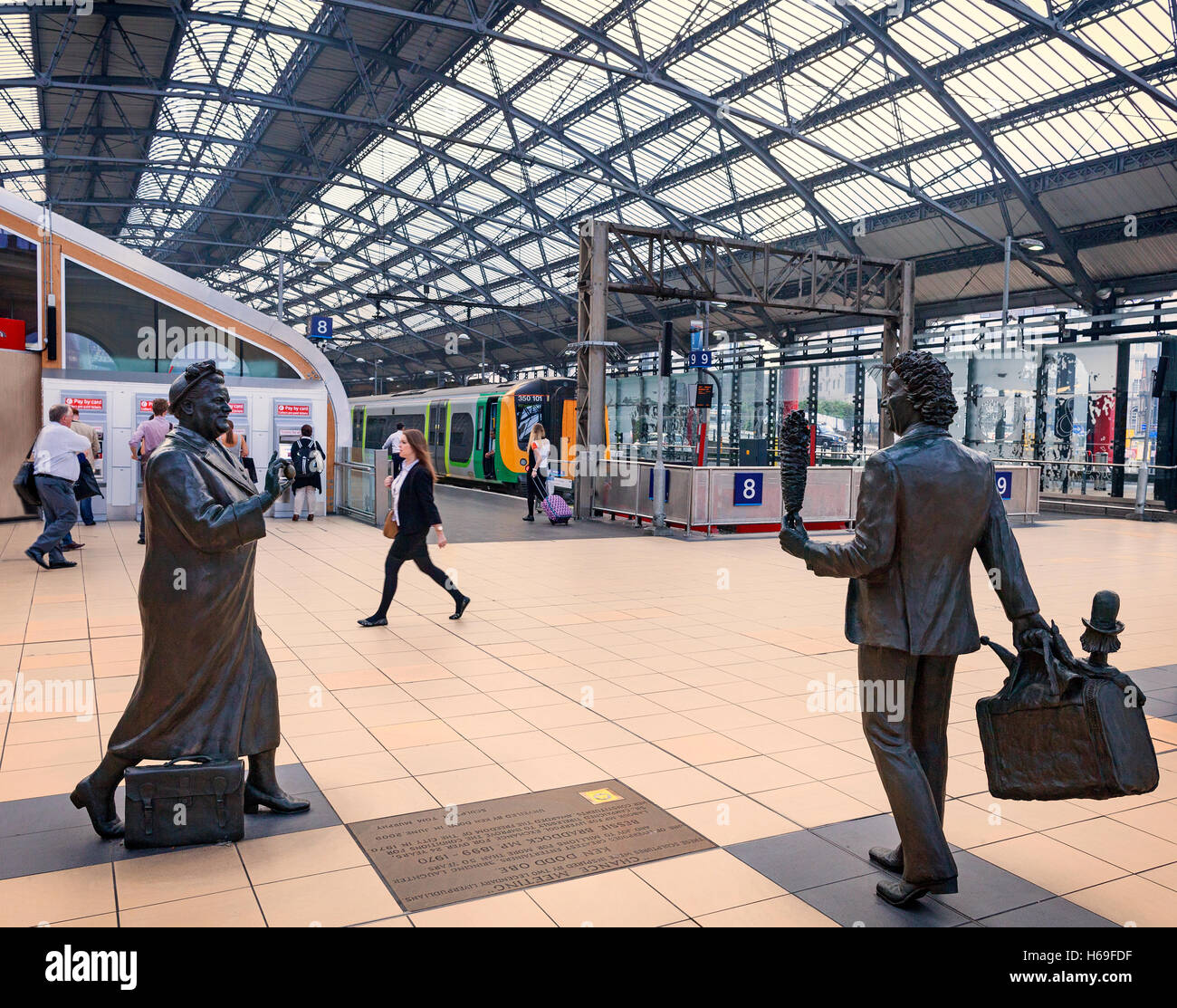 'Chance meeting', Sculpture Ken Dodd comedian and Bessie Braddock (MP) by Tom Murphy in Lime Street Railway - Stock Image