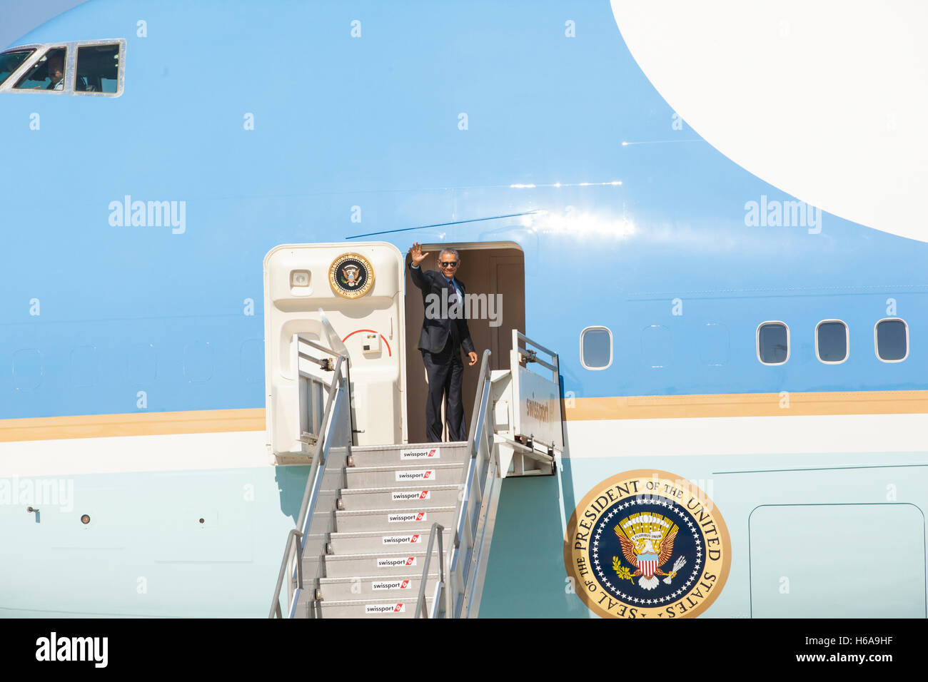 President Barack Obama departs from LAX International Airport on October 25, 2016 in Los Angeles, California. - Stock Image