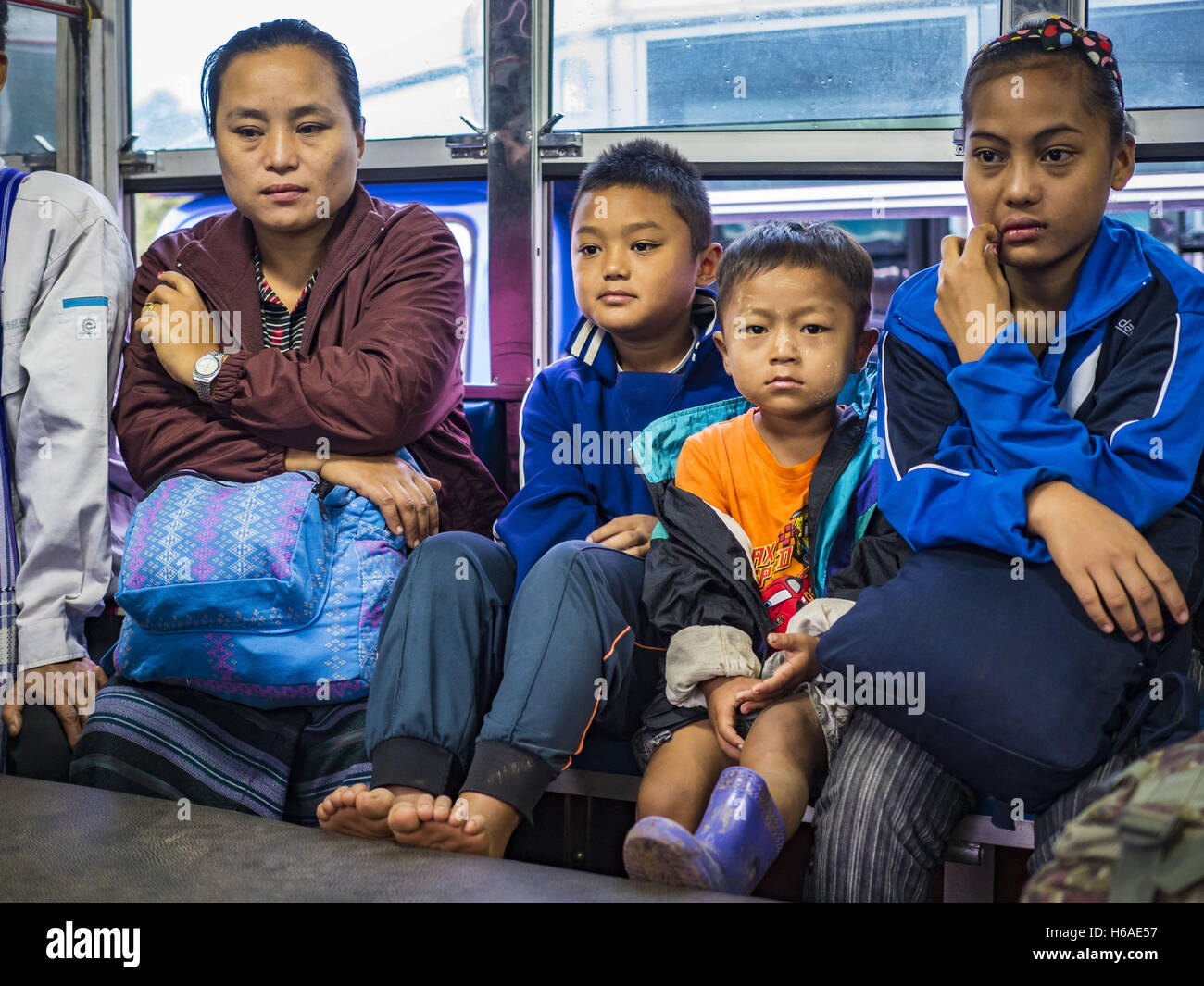 Mae Chan, Tak, Thailand. 26th Oct, 2016. Burmese refugees on a bus in the Nupo Temporary Shelter refugee camp wait Stock Photo