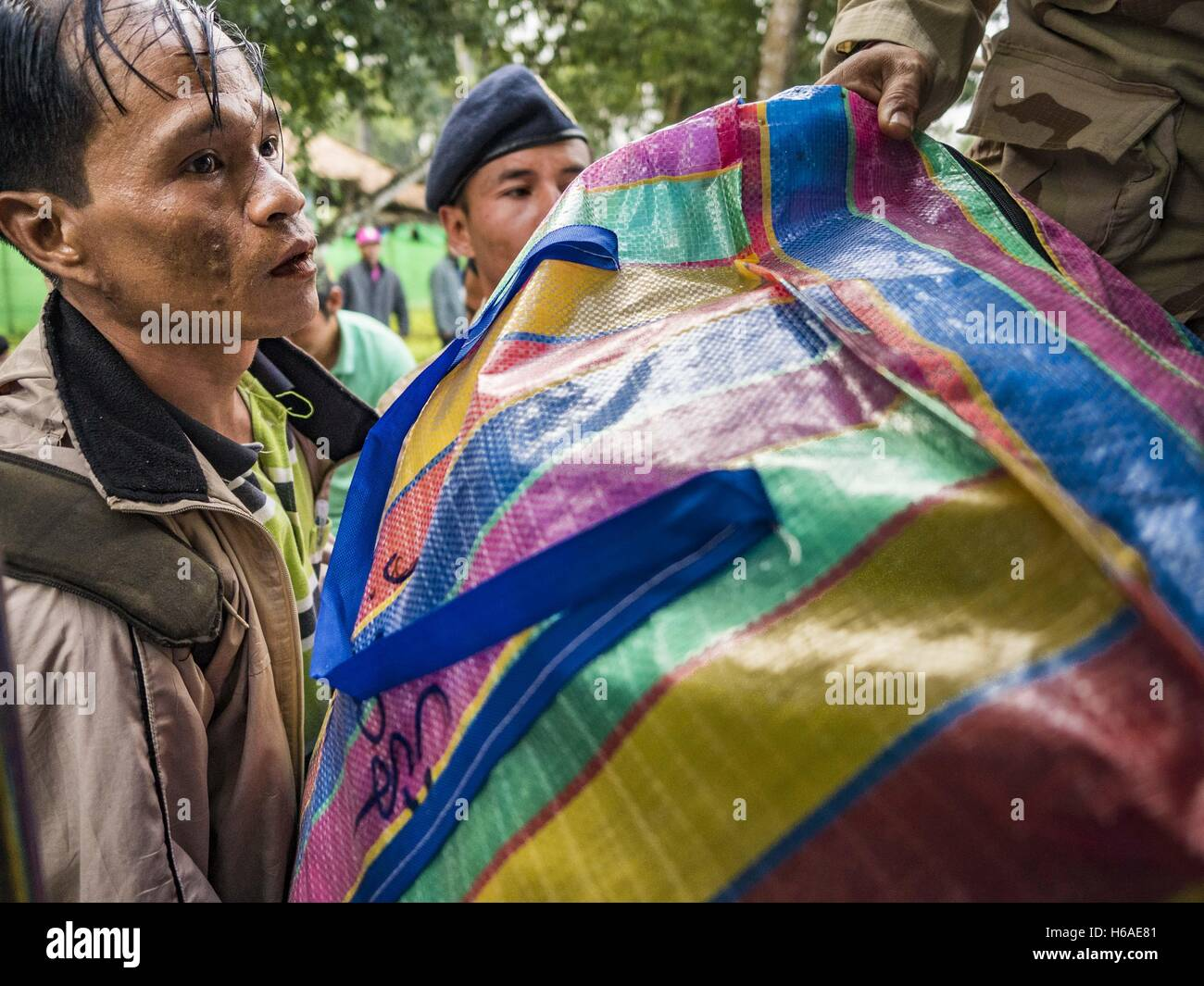 Mae Chan, Tak, Thailand. 26th Oct, 2016. A Burmese man leaving the Nupo Temporary Shelter refugee camp loads his Stock Photo