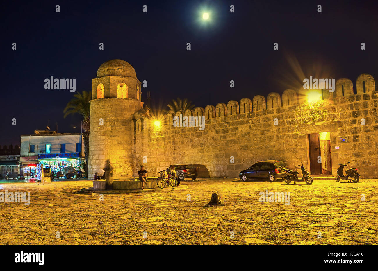 The mediavel walls of the Grand Mosque in the bright evening illumination - Stock Image