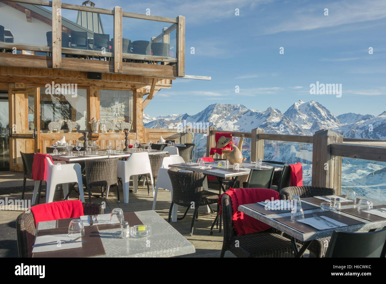 Le Panoramic Restaurant - upmarket mountain restaurant above Courchevel 1850, with La Grande Casse in the background, - Stock Image