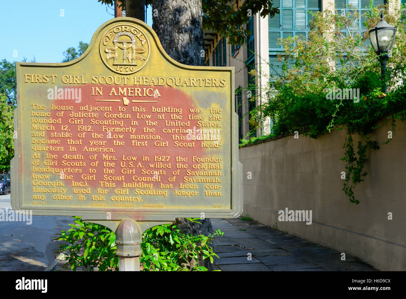 A bronze plaque marks First Girl Scout Headquarters in America 1912, adjacent to home of founder, Juliette Low, - Stock Image