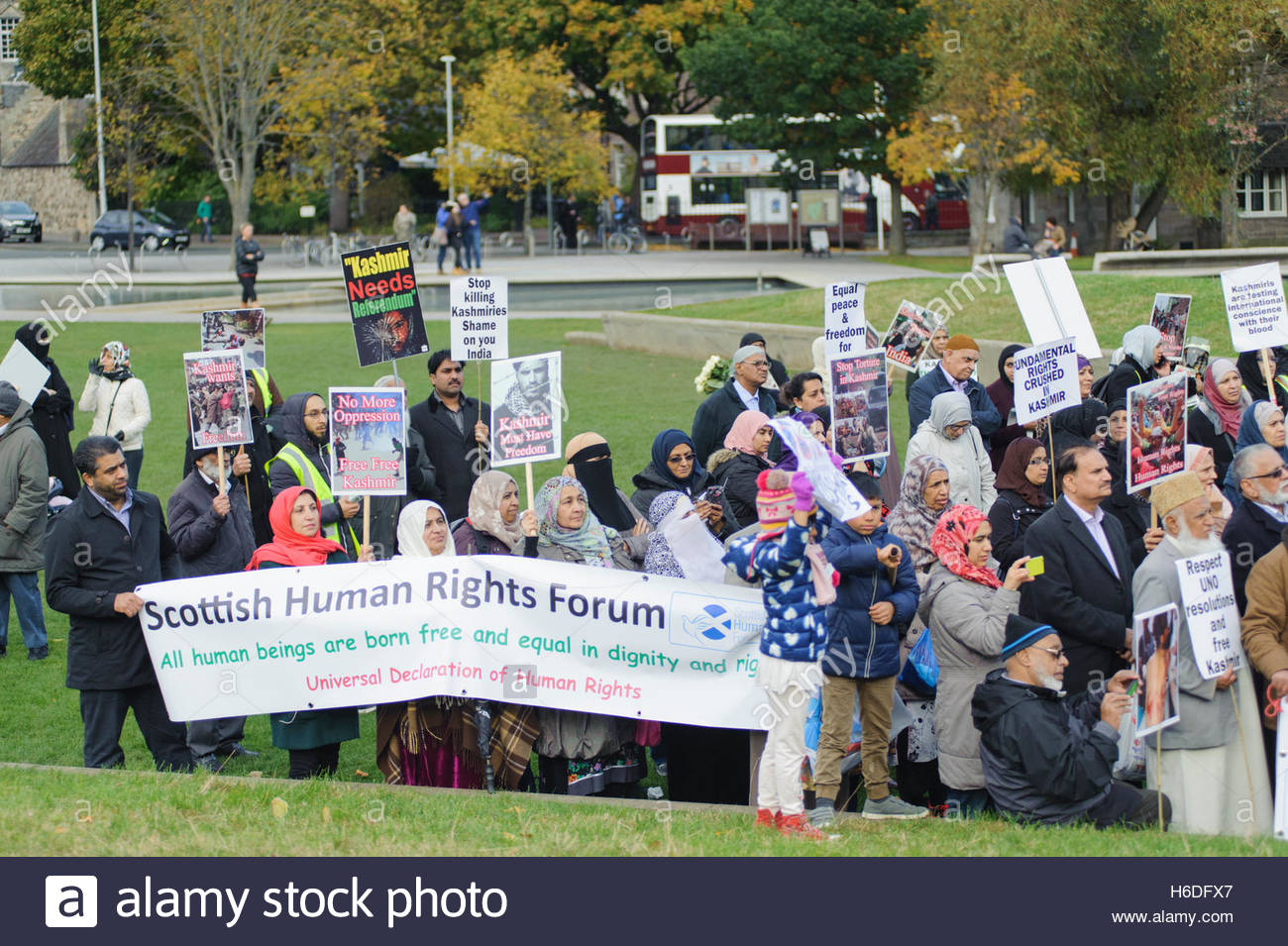 Edinburgh, UK. 27 October, 2016. Protesters hold up placards and posters. Credit:  Roger Gaisford/Alamy Live News. - Stock Image