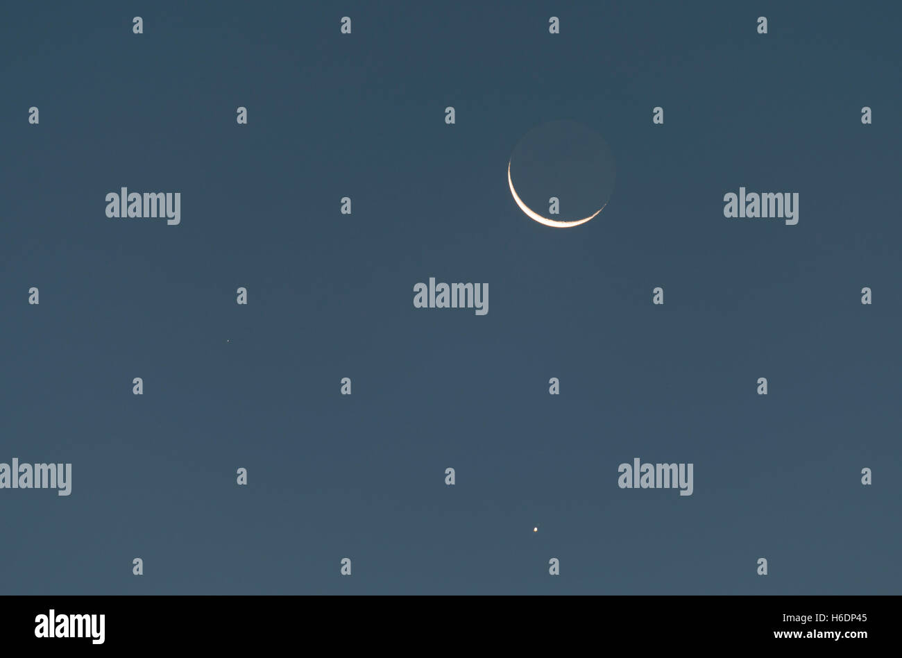 Wimbledon, London, UK. 28th October, 2016. Planet Jupiter within 1 degree and alligned below the Waning Crescent - Stock Image
