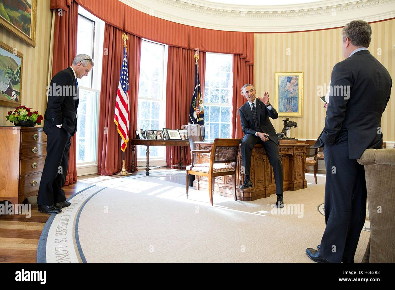 U.S. President Barack Obama talks with Chief of Staff Denis McDonough (left) and National Economic Council Director - Stock Image