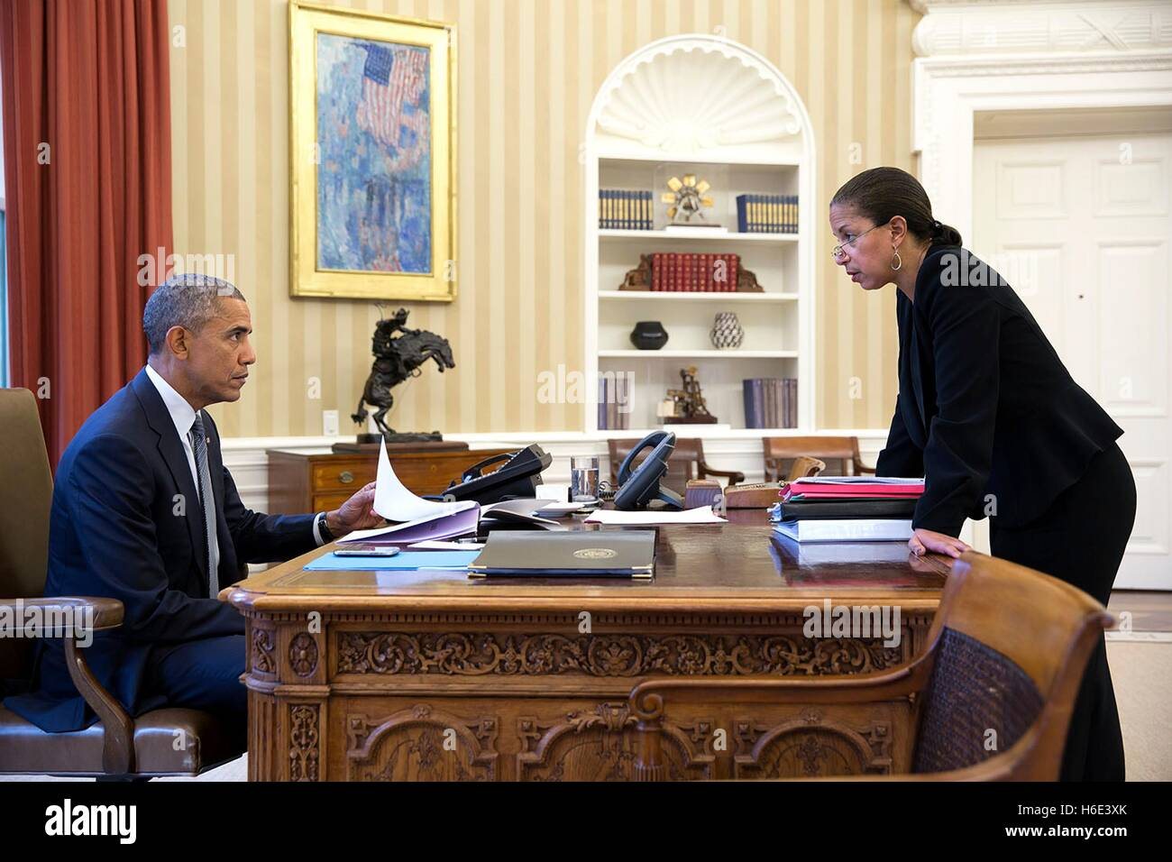 White house oval office desk Background Us President Barack Obama Meets With National Security Advisor Susan Rice In The White House Oval Bgliving Oval Office Desk Stock Photos Oval Office Desk Stock Images Alamy