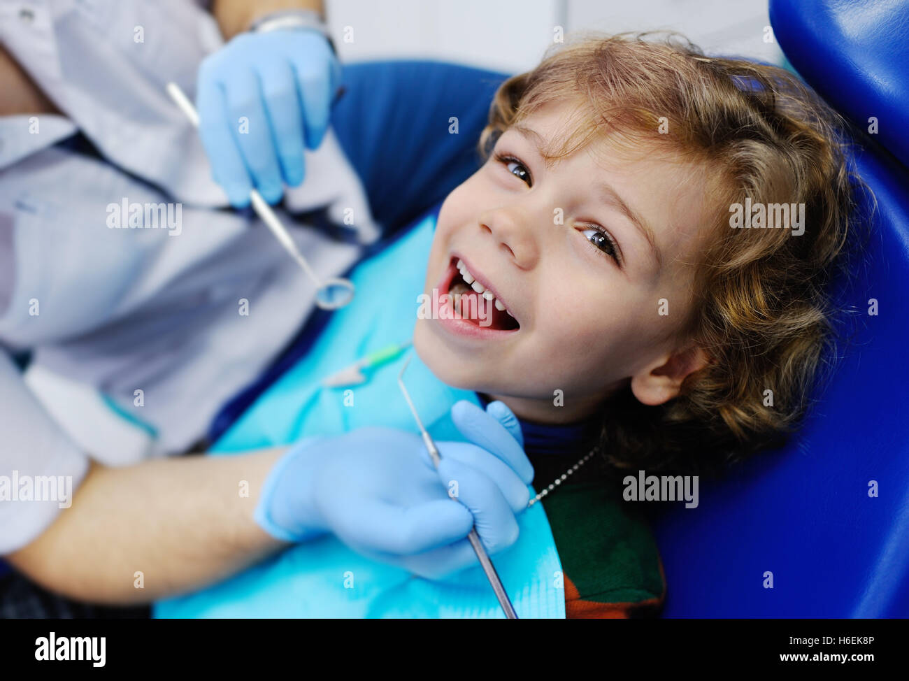 child with curly hair at the dentist - Stock Image