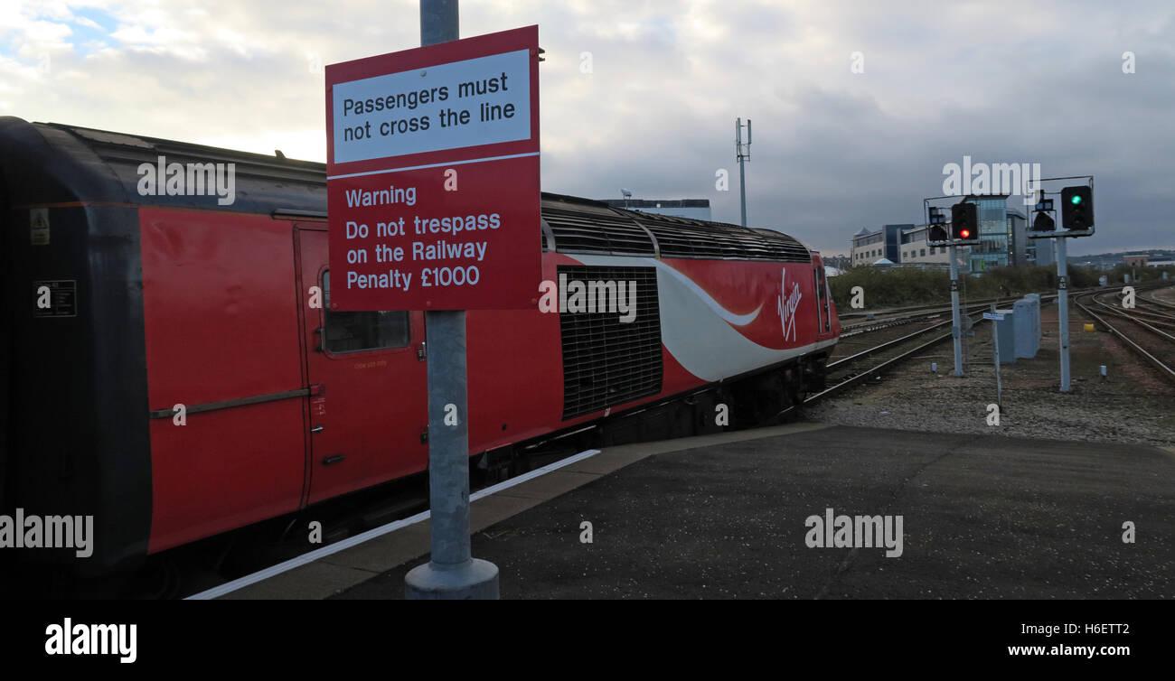 Virgin East Coast Mainline Train,Aberdeen Railway Station,Scotland,UK - Passengers must not cross the line sign - Stock Image