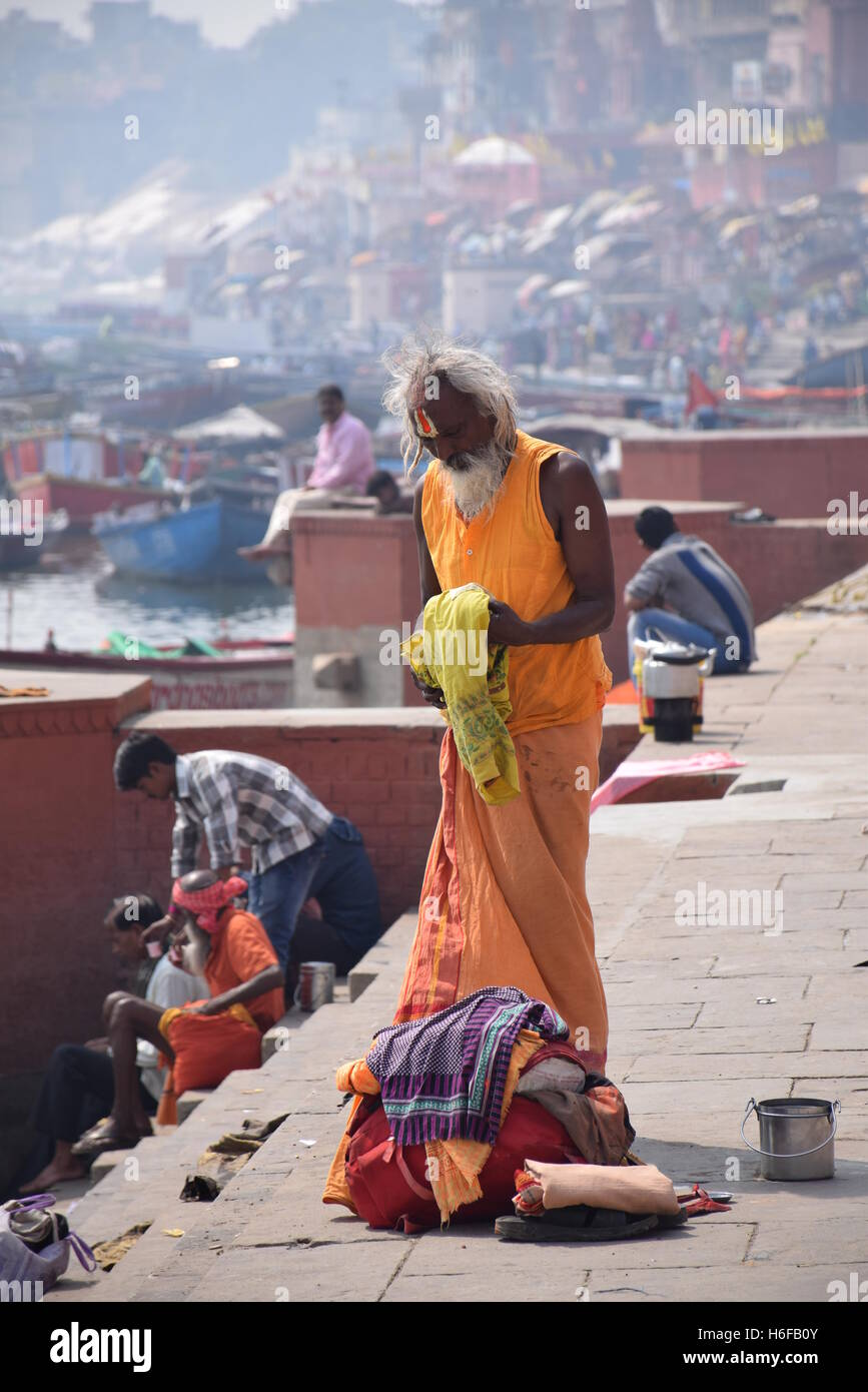 Indian sadhu with traditional painted face dressing on the ghats of Varanasi, Uttar Pradesh, India Stock Photo