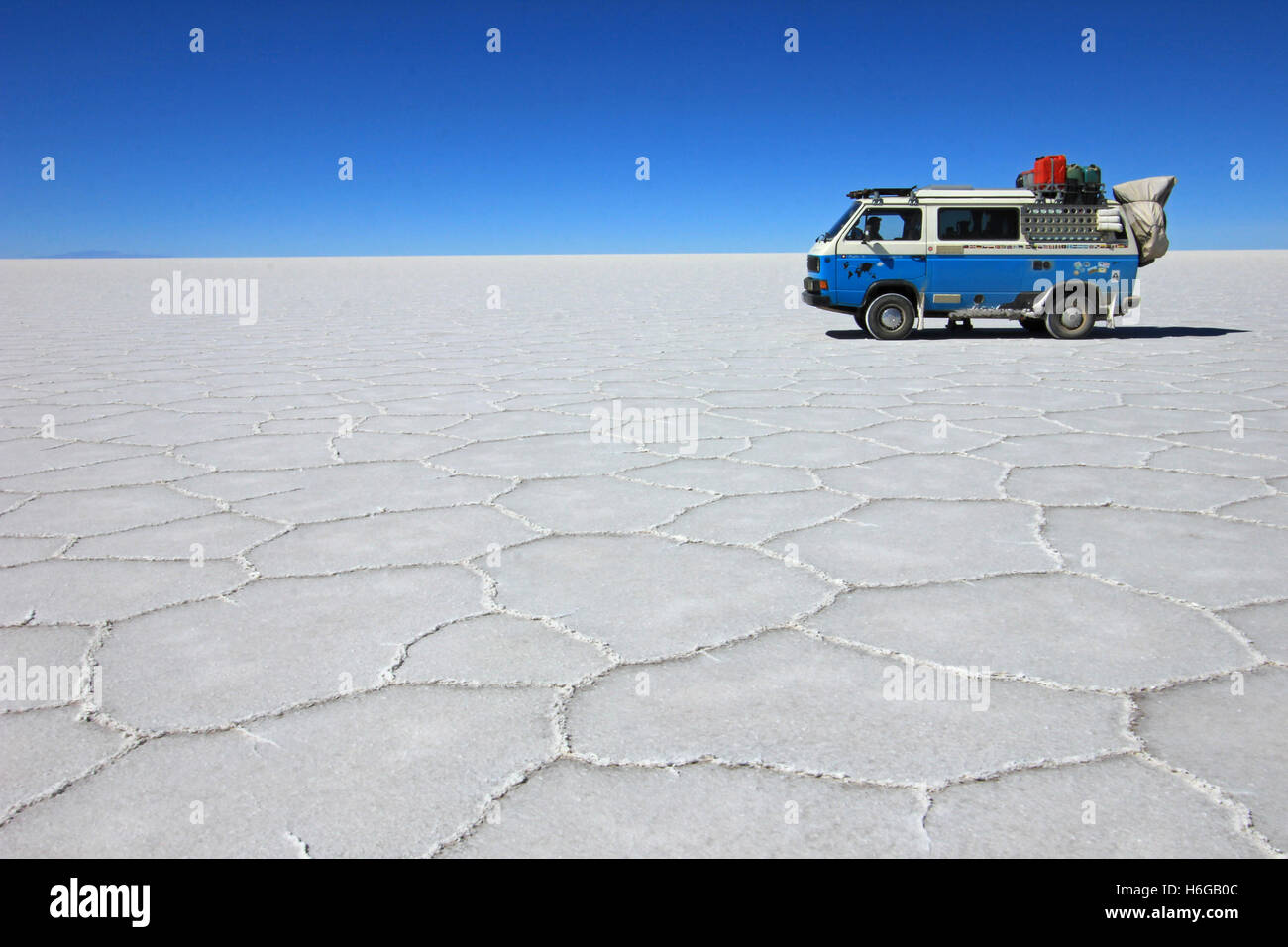 Van on Salar de Uyuni, salt lake, Bolivia - Stock Image