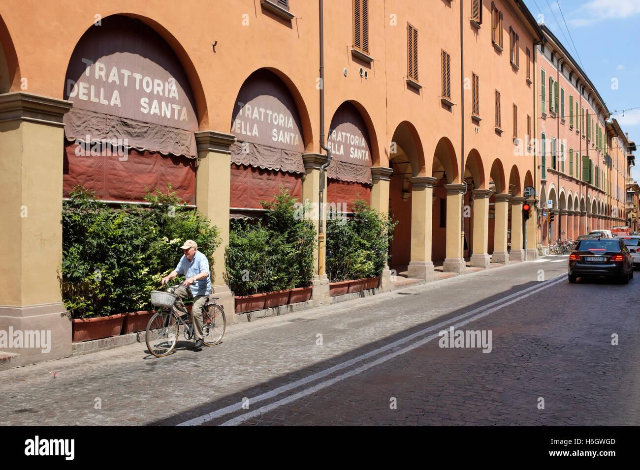 A cyclist on the Via Urbana, Bologna, Italy. - Stock Image
