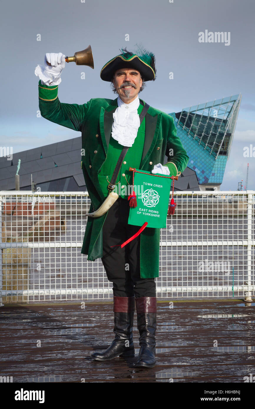 Triple World Champion Town Crier Michael Wood with The Deep Aquarium in the background. Kingston-upon-Hull, East - Stock Image