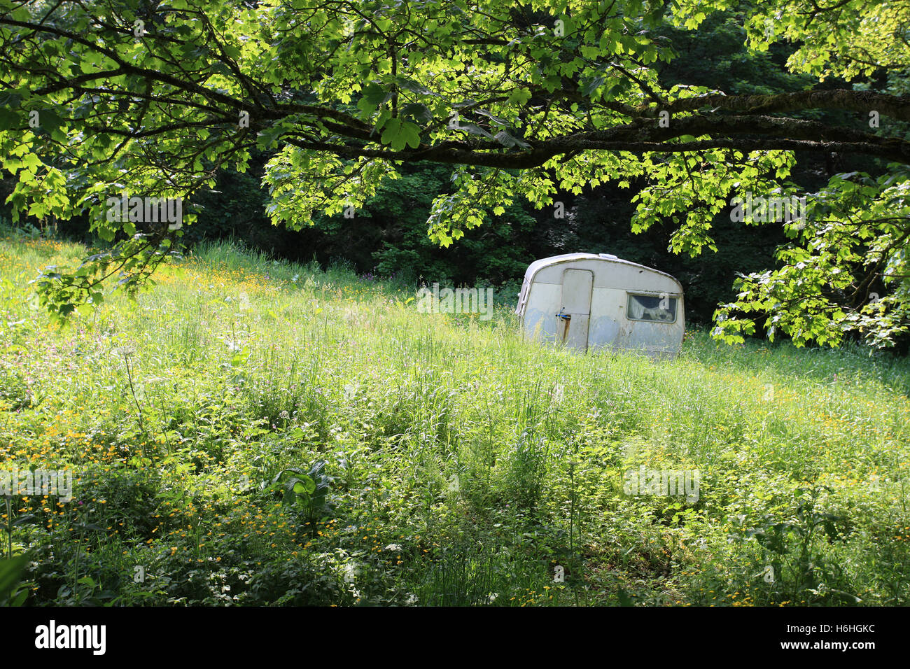 A tiny disused caravan in an idyllic setting - Stock Image